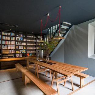 名古屋のコンテンポラリースタイルのおしゃれなホームオフィス・書斎 (ライブラリー、グレーの壁、自立型机、グレーの床) の写真