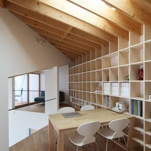 京都のモダンスタイルのおしゃれなホームオフィス・仕事部屋 (白い壁、無垢フローリング、茶色い床) の写真