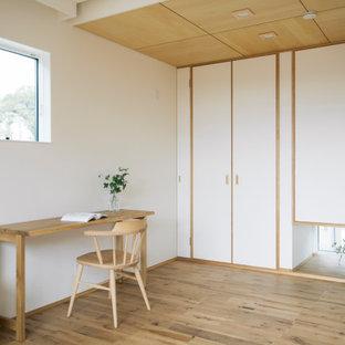 他の地域の中くらいのアジアンスタイルのおしゃれな書斎 (白い壁、自立型机、ベージュの床、無垢フローリング) の写真
