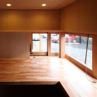 Стильный дизайн: рабочее место в скандинавском стиле с коричневыми стенами, паркетным полом среднего тона и встроенным рабочим столом без камина - последний тренд
