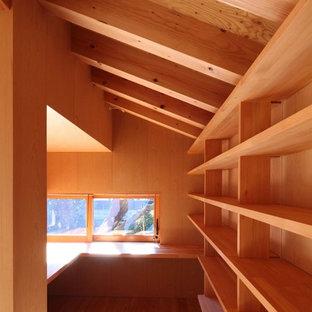 Неиссякаемый источник вдохновения для домашнего уюта: рабочее место в скандинавском стиле с белыми стенами, паркетным полом среднего тона и встроенным рабочим столом без камина