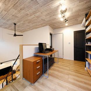 他の地域のアジアンスタイルの書斎・ホームオフィスの画像 (白い壁、無垢フローリング、自立型机、茶色い床)
