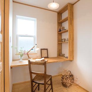 Свежая идея для дизайна: маленький кабинет в восточном стиле с белыми стенами, светлым паркетным полом, встроенным рабочим столом и коричневым полом - отличное фото интерьера