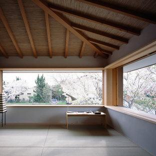Modelo de despacho de estilo zen con paredes blancas, escritorio independiente y tatami