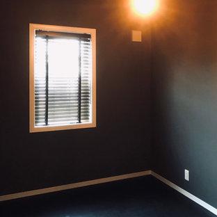 Esempio di una grande stanza da lavoro shabby-chic style con pareti grigie, pavimento in vinile, nessun camino, scrivania incassata, pavimento nero, soffitto in carta da parati e carta da parati