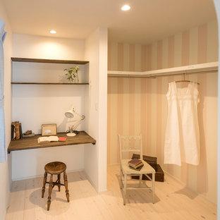 Inredning av ett asiatiskt arbetsrum, med rosa väggar, målat trägolv, ett inbyggt skrivbord och vitt golv