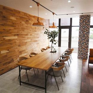 На фото: со средним бюджетом маленькие домашние мастерские в скандинавском стиле с коричневыми стенами, полом из винила, отдельно стоящим рабочим столом и серым полом