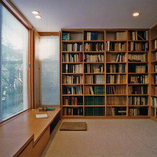 東京23区のモダンスタイルのおしゃれなホームオフィス・書斎 (カーペット敷き、造り付け机、茶色い床、ライブラリー、暖炉なし) の写真