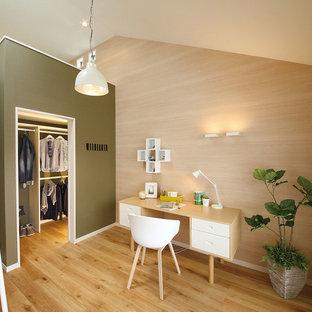 他の地域の北欧スタイルのおしゃれなホームオフィス・書斎 (マルチカラーの壁、無垢フローリング、自立型机、茶色い床) の写真