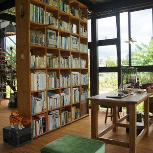 他の地域のインダストリアルスタイルのおしゃれなホームオフィス・仕事部屋 (無垢フローリング、自立型机、茶色い床) の写真