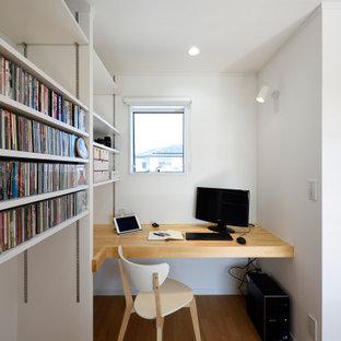 Aménagement d'un bureau contemporain avec un mur blanc, un sol en contreplaqué, un bureau intégré, un sol marron, un plafond en papier peint et du papier peint.
