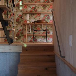 Idéer för att renovera ett mellanstort skandinaviskt hemmabibliotek, med beige väggar, betonggolv, en öppen vedspis, en spiselkrans i betong, ett inbyggt skrivbord och grått golv