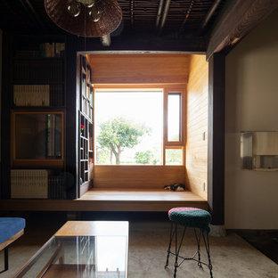 他の地域のモダンスタイルのおしゃれなホームオフィス・仕事部屋 (茶色い壁、無垢フローリング、茶色い床) の写真