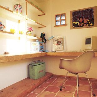 他の地域のサンタフェスタイルのおしゃれな書斎 (白い壁、テラコッタタイルの床、造り付け机、茶色い床) の写真