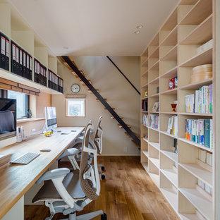 他の地域の北欧スタイルのおしゃれなホームオフィス・仕事部屋 (白い壁、無垢フローリング、造り付け机、茶色い床) の写真