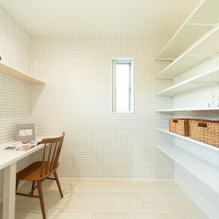 Shabby-Chic Nähzimmer ohne Kamin mit grauer Wandfarbe, Sperrholzboden, Einbau-Schreibtisch, weißem Boden, Tapetendecke und Tapetenwänden in Kobe