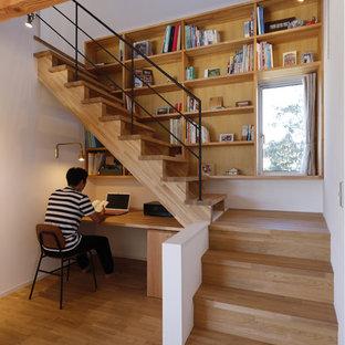 Asiatisk inredning av ett arbetsrum, med vita väggar, mellanmörkt trägolv, ett inbyggt skrivbord och brunt golv