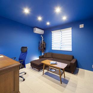 他の地域のモダンスタイルのおしゃれなホームオフィス・仕事部屋 (青い壁、白い床) の写真