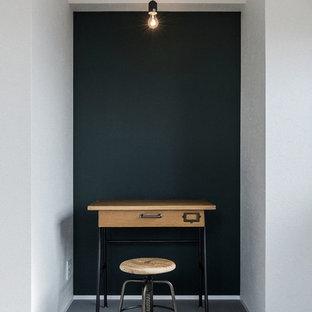 名古屋のインダストリアルスタイルのおしゃれなホームオフィス・書斎 (緑の壁、自立型机) の写真