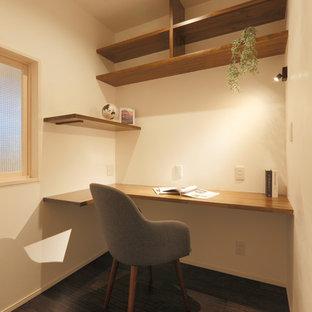 他の地域のモダンスタイルのおしゃれな書斎 (白い壁、濃色無垢フローリング、造り付け机、茶色い床) の写真