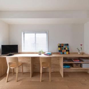 東京23区のモダンスタイルのおしゃれなホームオフィス・仕事部屋 (白い壁、無垢フローリング、造り付け机、ベージュの床) の写真
