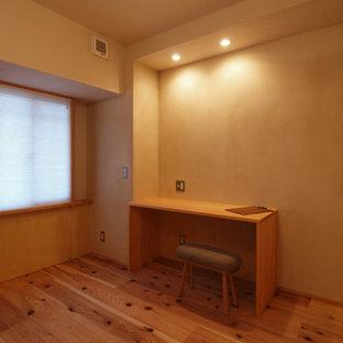 Idées déco pour un bureau scandinave avec un mur marron, un sol en bois brun, un bureau intégré et un sol marron.