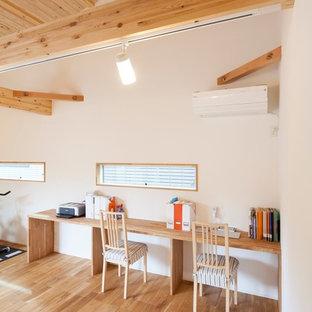 Неиссякаемый источник вдохновения для домашнего уюта: кабинет в скандинавском стиле с белыми стенами, печью-буржуйкой и коричневым полом