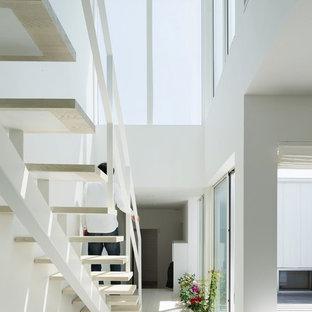 Ispirazione per una stanza da lavoro minimalista di medie dimensioni con pareti bianche, pavimento in compensato e pavimento bianco