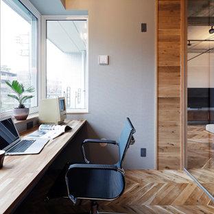 東京23区の中サイズのコンテンポラリースタイルのおしゃれな書斎 (無垢フローリング、暖炉なし、グレーの壁、造り付け机、ベージュの床) の写真