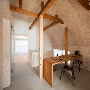 東京23区のインダストリアルスタイルのおしゃれな書斎 (造り付け机、グレーの床) の写真