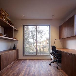 東京23区のモダンスタイルのおしゃれなホームオフィス・仕事部屋 (白い壁、濃色無垢フローリング、造り付け机、茶色い床) の写真