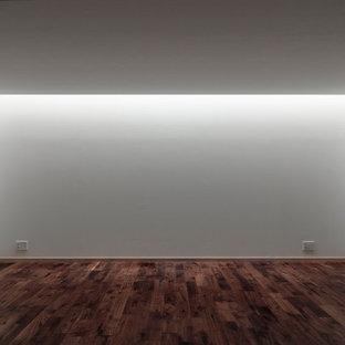 東京23区の中くらいのモダンスタイルのおしゃれな書斎 (白い壁、濃色無垢フローリング、自立型机、白い床、塗装板張りの天井、塗装板張りの壁) の写真