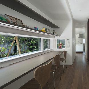 福岡のモダンスタイルのおしゃれなホームオフィス・仕事部屋 (白い壁、無垢フローリング、造り付け机、茶色い床) の写真