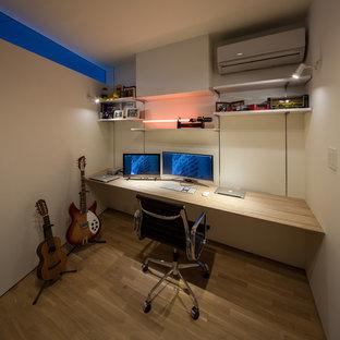 大阪の小さいコンテンポラリースタイルのおしゃれなホームオフィス・書斎 (白い壁、無垢フローリング、造り付け机、茶色い床) の写真