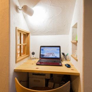 Asiatisches Arbeitszimmer ohne Kamin mit Arbeitsplatz, weißer Wandfarbe, hellem Holzboden und Einbau-Schreibtisch in Sonstige