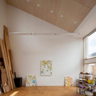 他の地域のモダンスタイルのおしゃれなホームオフィス・仕事部屋 (白い壁、無垢フローリング、茶色い床) の写真
