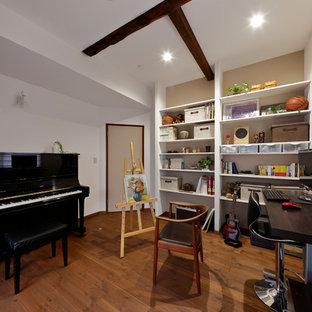 他の地域の北欧スタイルのおしゃれなホームオフィス・書斎 (白い壁、無垢フローリング、茶色い床) の写真