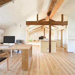 他の地域のアジアンスタイルのおしゃれなホームオフィス・書斎 (白い壁、淡色無垢フローリング、茶色い床、自立型机、表し梁) の写真