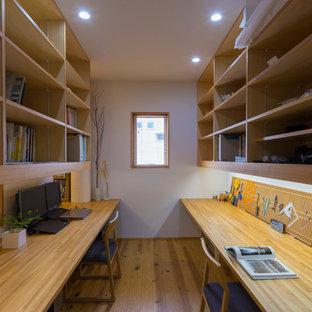 東京都下の小さいモダンスタイルのおしゃれな書斎 (白い壁、無垢フローリング、造り付け机、茶色い床) の写真