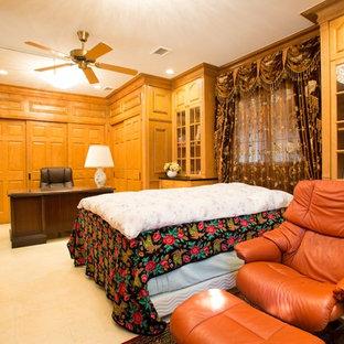 東京都下の広いヴィクトリアン調のおしゃれな書斎 (茶色い壁、磁器タイルの床、自立型机、ベージュの床) の写真