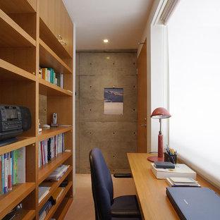 東京23区の小さいエクレクティックスタイルのおしゃれなホームオフィス・書斎 (マルチカラーの壁、ベージュの床) の写真