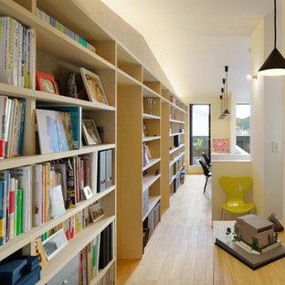 Cette photo montre un grand bureau asiatique avec un mur blanc, un sol en bois clair, un bureau intégré et un sol beige.