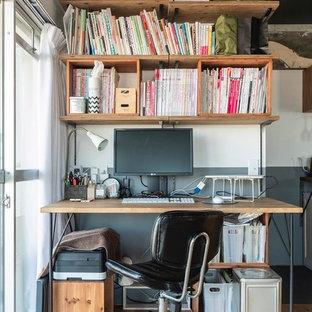 東京23区のインダストリアルスタイルのおしゃれなホームオフィス・書斎 (白い壁、無垢フローリング、自立型机、茶色い床) の写真