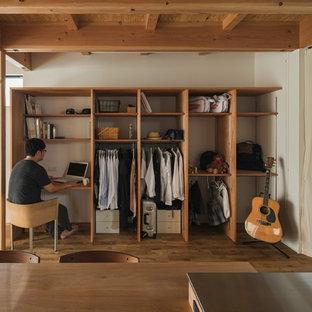 他の地域の小さいアジアンスタイルのおしゃれな書斎 (白い壁、無垢フローリング、造り付け机、ベージュの床) の写真