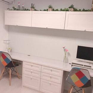 Idée de décoration pour un petit bureau nordique avec un mur vert, un sol en contreplaqué, aucune cheminée, un bureau intégré, un sol blanc, un plafond en papier peint et du papier peint.