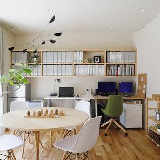 京都のモダンスタイルのおしゃれなホームオフィス・書斎 (白い壁、無垢フローリング、自立型机、茶色い床) の写真