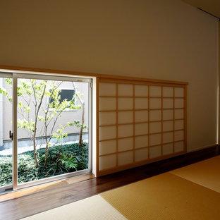 Inredning av ett modernt litet arbetsrum, med tatamigolv och beiget golv