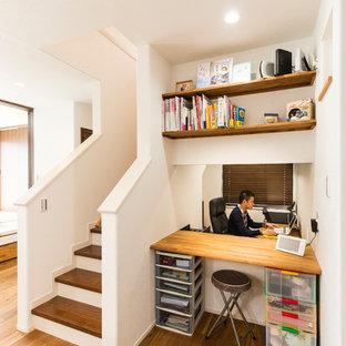 Inspiration pour un bureau asiatique avec un mur blanc, un sol en bois brun et un sol marron.