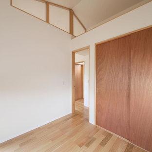 Exemple d'un bureau moderne de taille moyenne avec un mur blanc, un sol en contreplaqué, un bureau indépendant, un sol marron, aucune cheminée, un plafond en papier peint et du papier peint.