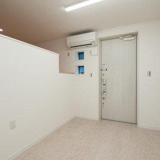 Idées déco pour un bureau scandinave avec un mur blanc, un sol en contreplaqué, aucune cheminée, un sol blanc, un plafond en papier peint et du papier peint.